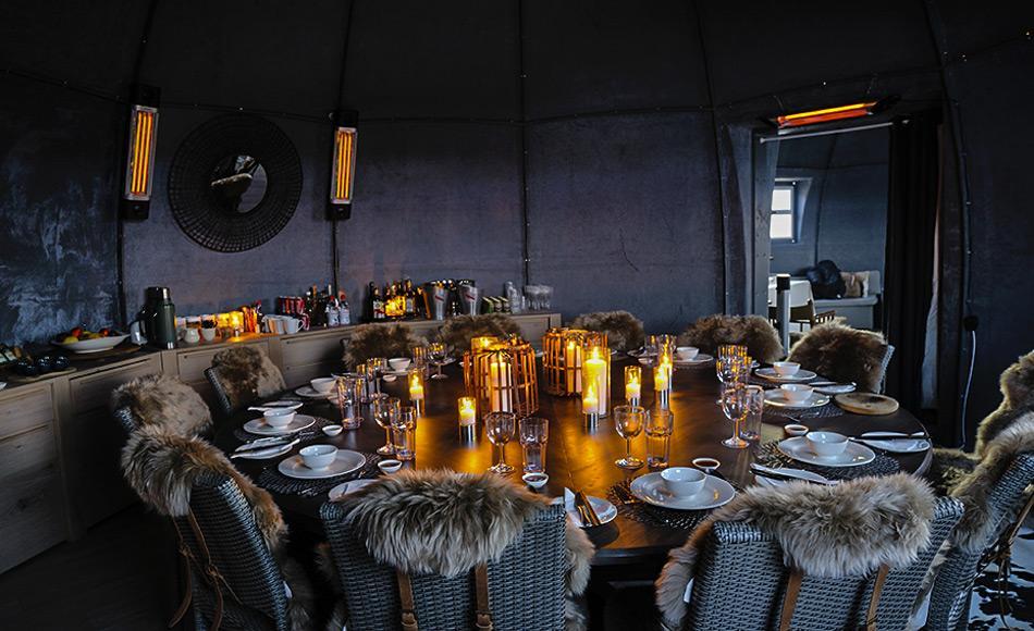 Der neu renovierte Speisesaal umfasst einen runden Eichentisch, der von mehreren Pelzstühlen umgeben ist. Bild: White Desert