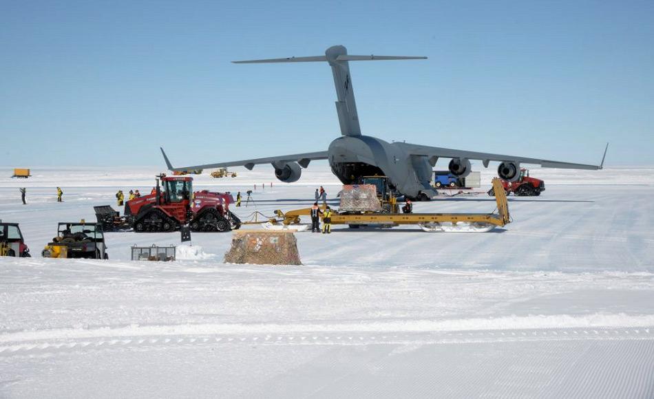 Die grössten Flugzeuge, die in die Antarktis fliegen, sind die C-17-Transporter der US-Amerikaner und Australier. Neben Material transportieren sie auch Wissenschaftler und Personal für die Stationen. Bild: Justin Hallock / Australian Antarctic Division