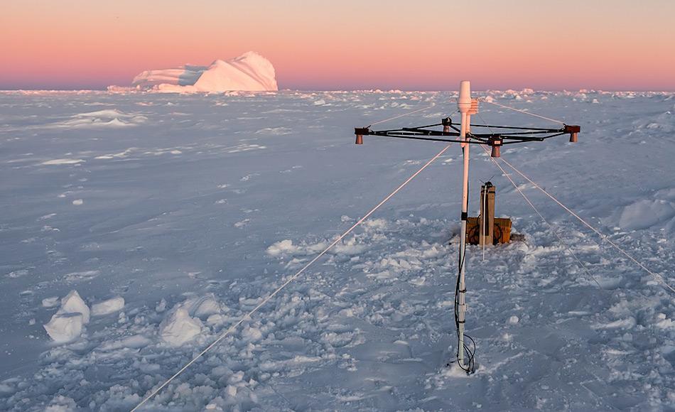 Erstmal misst diese Schneeboje neuen Typs auf dem antarktischen Meereis. Foto: Mario Hoppmann