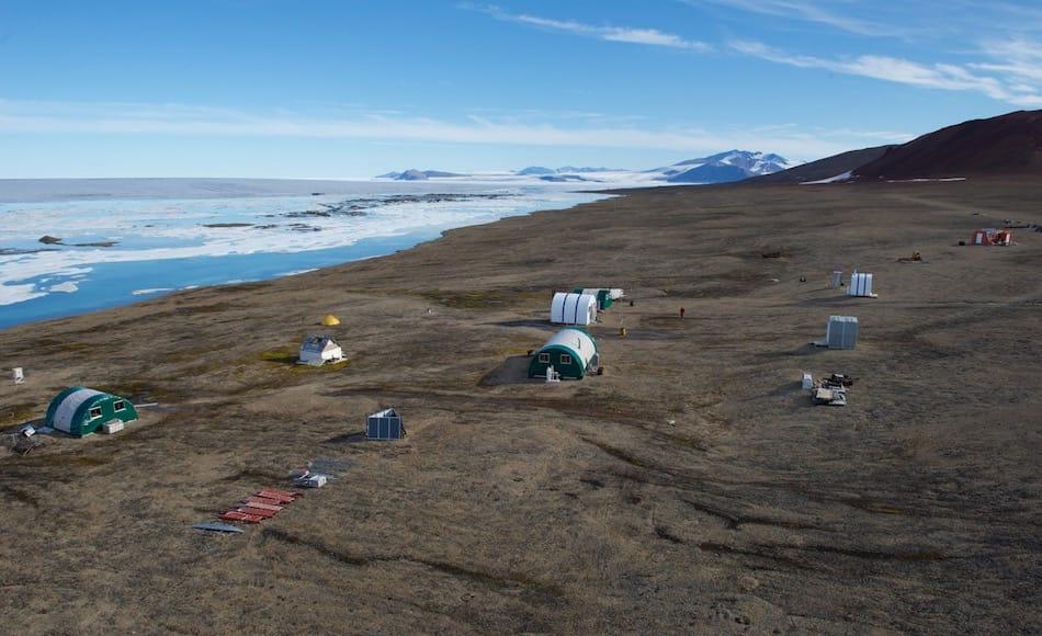 Die Ward Hunt Insel liegt der Insel Ellesmere vorgelagert und wird vom Ward-Hunt-Eisschelf umgeben. Die Insel beherbergt den nördlichsten See der Welt und eine kanadische Forschungsstation. Bild NIPR