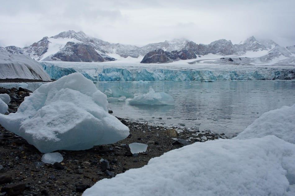 Gletscher auf Spitzbergen ziehen sich immer mehr zurück und legen neues Land, oder neue Fjorde frei. (Bild: Eva Fuchs)