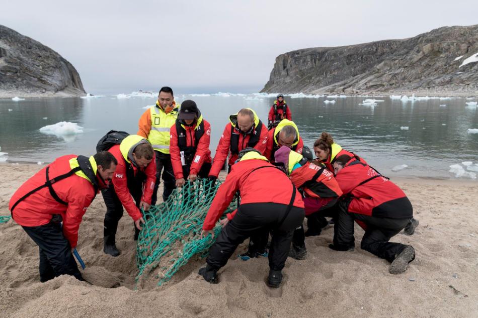 Aufräumarbeiten können sehr anstrengend sein. Einige Netze sind so tief eingegraben, dass es viel Kraft kostet, sie zu entfernen. (Foto: Chelsea Claus, Hurtigruten)
