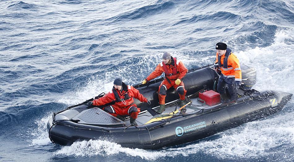 Kapitän Alexey Nasarov der MV «Plancius» mit Helfern auf der Suche nach dem AWI-Seaglider. Foto: Jerry Xu