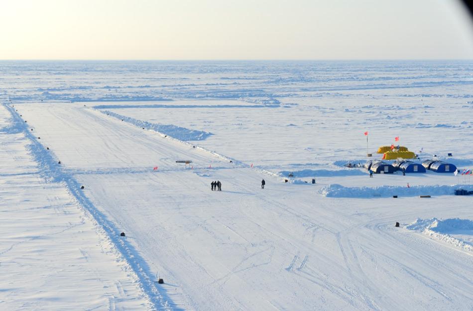 Jedes Jahr wird eine Landepiste im neu errichteten Lager von der technischen Crew errichtet. Dabei werden Tonnen von Schnee und Eis weggeschoben und die Scholle geglättet. In diesem Jahr waren mehrere Pisten und Reparaturen nötig aufgrund der schwierigen Eisbedingungen. Bild: Michael Wenger