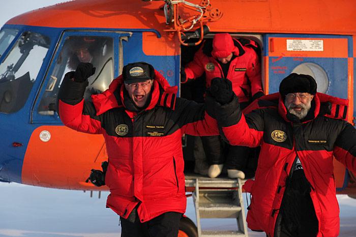 Frederik Paulsen und Arthur Chilingarov freuen sich am Nordpol zu stehen.