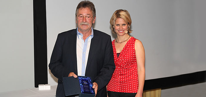 Wie im Vorjahr durfte Werner Breiter die Goldmedaille und den Sonderpreis für «Aussergewöhnliche Kamera» von Sabine Dahinden in Empfang nehmen.