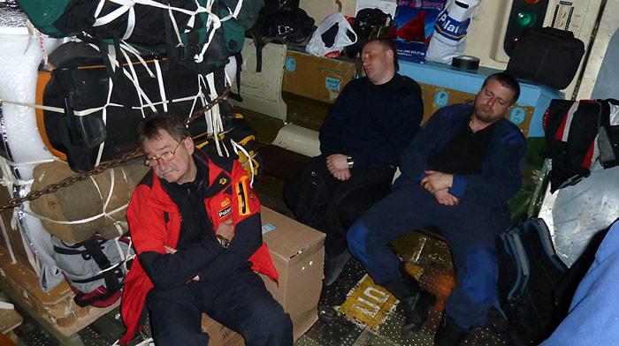 Letzte Ruhe vor dem Absprung aus 3.000 Meter über dem Nordpol. Das Gepäck und die Ausrüstungsgegenstände sind bereits verstaut und werden ebenfalls abgeworfen.